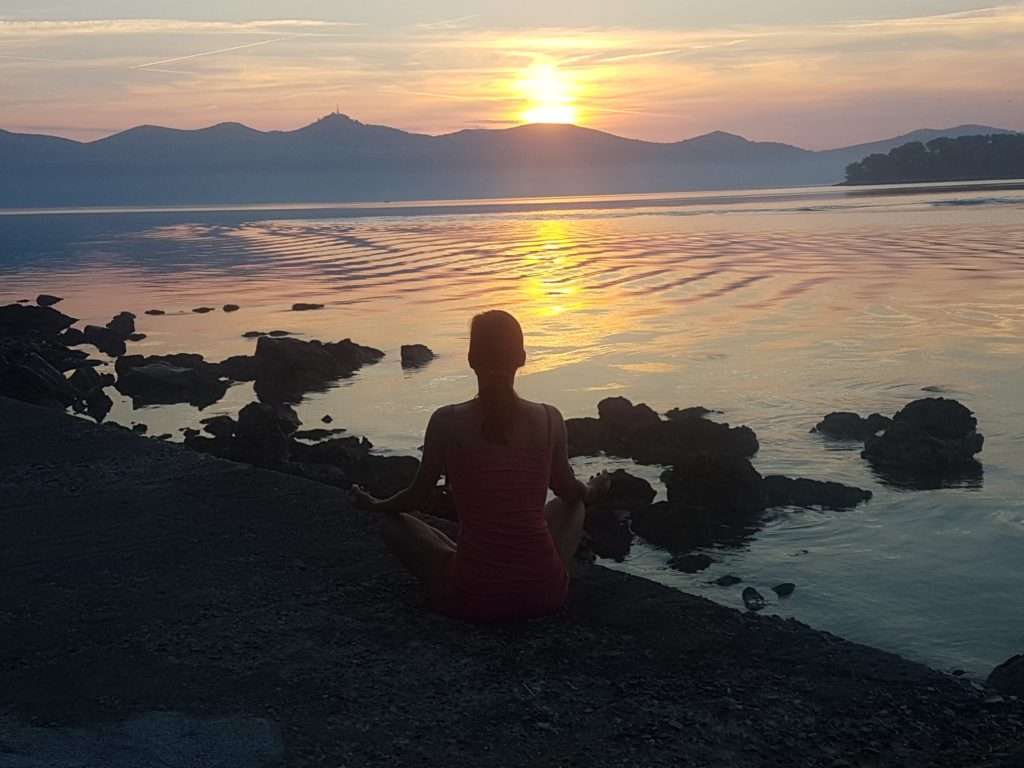 meditation-coucher-de-soleil-zen-min