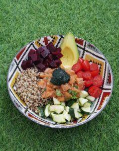 bowl du sportif avec du quinoa saumon avocat et spiruline
